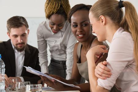 Zakelijke bijeenkomst op het kantoor van multi ras groep van mensen uit het bedrijfsleven samen te werken Stockfoto