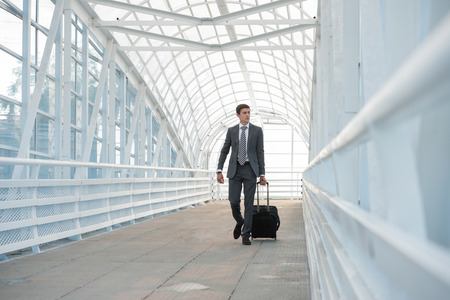 Man op de luchthaven met koffer