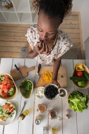 mujeres negras: Joven mujer cocina africana. Alimentaci�n saludable - ensalada de verduras. Dieta. Concepto de dieta. Estilo de vida saludable. Cocinar en casa. Preparar Alimentos. Vista superior