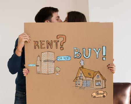 dudando: Comprar o alquilar bienes raíces. Pareja pensamiento y elección, Concepto de la hipoteca