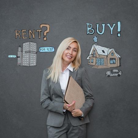 Koop of huur Vastgoed. Zakenvrouw denken en kiezen, hypotheek-concept