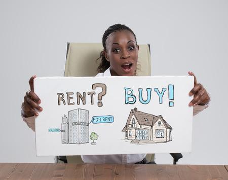 dudando: Comprar o alquilar bienes raíces. Mujer de negocios pensamiento y elección, Concepto de la hipoteca