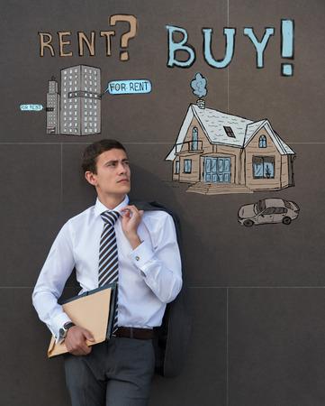 dudando: Comprar o alquilar bienes ra�ces. Hombre de negocios pensando y elecci�n, Concepto de la hipoteca