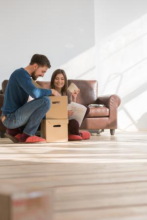 Paar dat zich in het huis - hypotheek-concept Stockfoto - 39577182