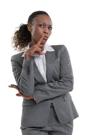 dudando: Vacilante Empresaria y pensamiento aislado en el fondo blanco