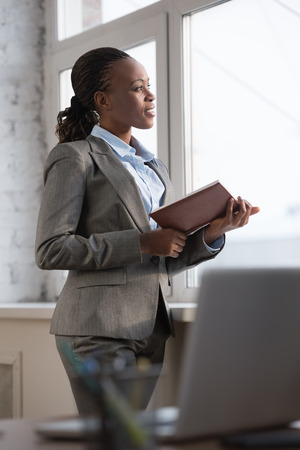 Zakelijke vrouw op zoek naar haar schema tijdens de pauze op kantoor Stockfoto - 40943304