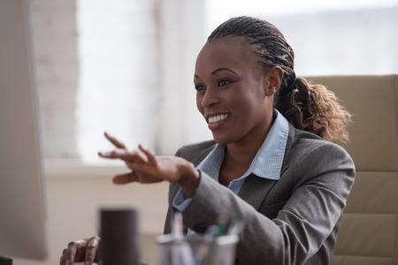 Afrikaanse mooie zakelijke vrouw werkt op pc in het kantoor Stockfoto - 41944910