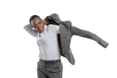 Afrikaanse zakelijke vrouw die op jas op een witte achtergrond Stockfoto