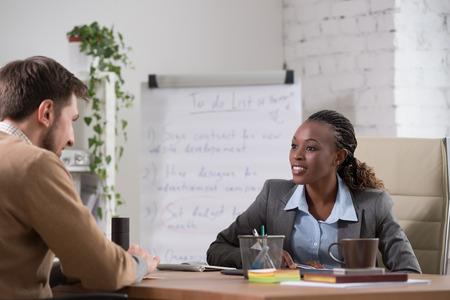 patron: Empresaria emocional gesticula durante la reunión en la oficina