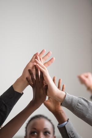 trabajo en equipo: Grupo de diversa Multi�tnico Personas Trabajo en equipo en la oficina