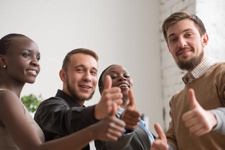 grupo de hombres: grupo empresarial alegre que da los pulgares para arriba