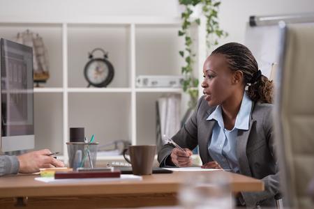 Emotionale Geschäftsfrau Geste während der Sitzung im Büro Standard-Bild - 45352091