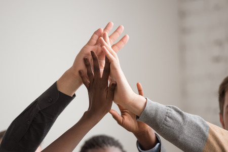 manos unidas: Grupo de diversa Multiétnico Personas Trabajo en equipo en la oficina