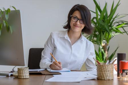jornada de trabajo: Escritura de la mujer en la oficina durante el d�a de trabajo