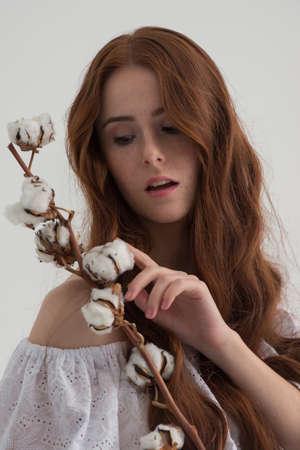 planta de algodon: Mujer del Redhead con planta de algod�n