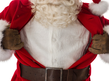Portret van de Kerstman in een klassieke pose superman scheuren zijn overhemd open als een copyspace Geïsoleerd op witte achtergrond