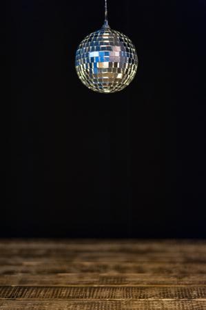 mur noir: Disco Ball contre le mur noir Banque d'images