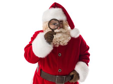 weihnachtsmann lustig: Weihnachtsmann-Holding Lupe Closeup Portrait. Isoliert auf wei�em Hintergrund