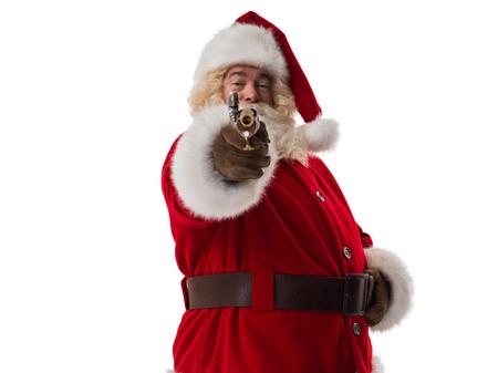 pistola: Papá Noel que sostiene arma de cosecha Retrato del primer. Aislado en el fondo blanco
