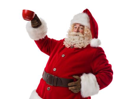 chocolate caliente: Papá Noel que sostiene la taza roja Retrato del primer aislado en el fondo blanco