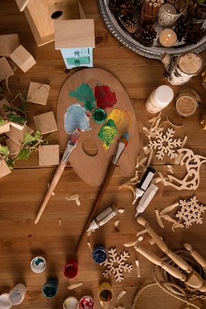 juguetes de madera: Lugar de trabajo de Santa Claus con los juguetes de madera y pintas. Vista superior Foto de archivo