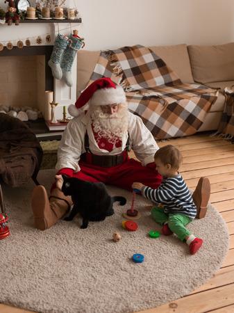 Kerstman spelen thuis met Kind en Kat
