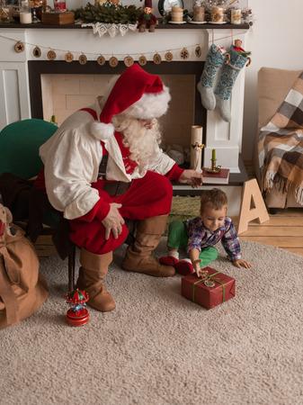 Kerstman met kind thuis
