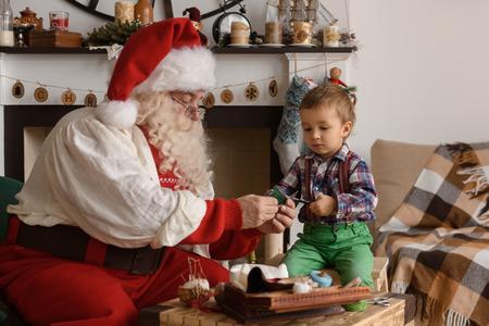 Kerstman met Kind naaien samen thuis