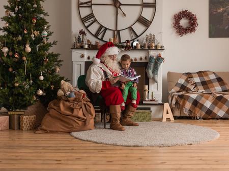 Kerstman met Kind lezing boek thuis