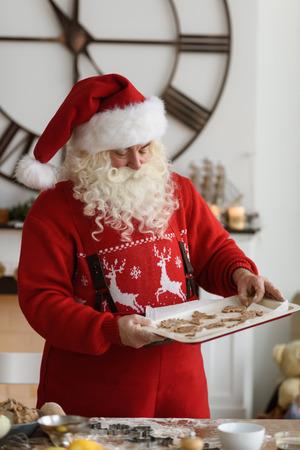 Kerstman thuis kookt Christmas Cookies Stockfoto