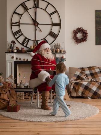 Kerstman spelen thuis met Kind