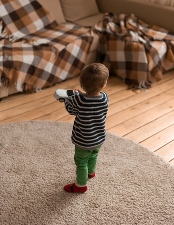 Kleine jongen thuis met plezier