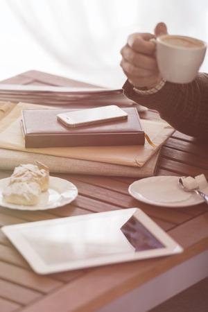 Jonge zakenman op een koffiepauze. Met behulp van tablet-computer.