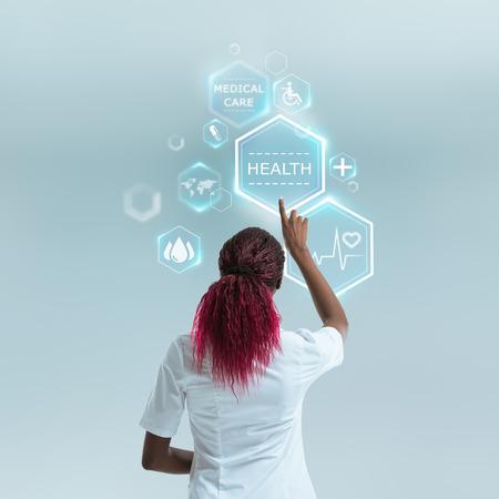 Medische arts die met moderne medische pictogrammen. Modern en toekomstige medische technologie concept