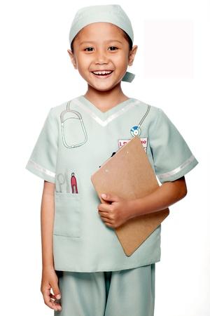 niños actuando: Se niños asiáticos femeninos que llevaba un médico