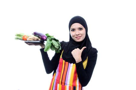 femme musulmane: Belle Jeune Femme musulmane avec des aliments frais Concept.Vegetarian Vegetables.Dieting sur blanc Banque d'images