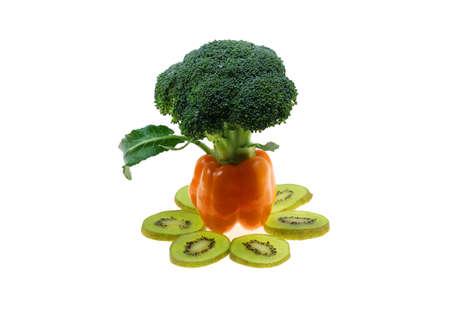 brocoli: Capsicum Árbol con kiwi y brócoli Aislado En Blanco