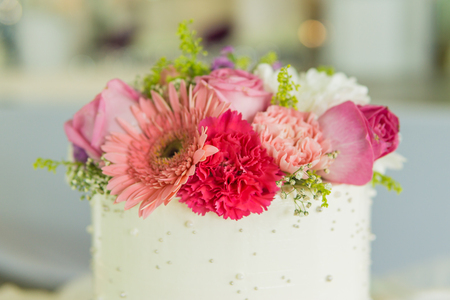 flower decorated on wedding white cake Standard-Bild