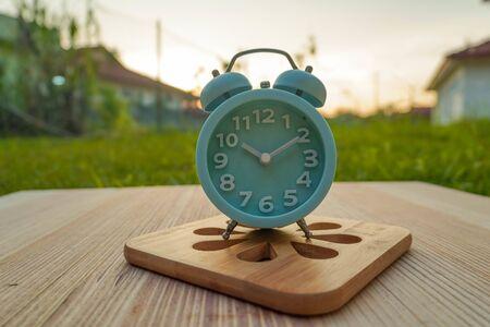 lite blue  analog clock over blurry 版權商用圖片