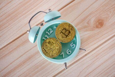 bit coin on top analog clock 版權商用圖片