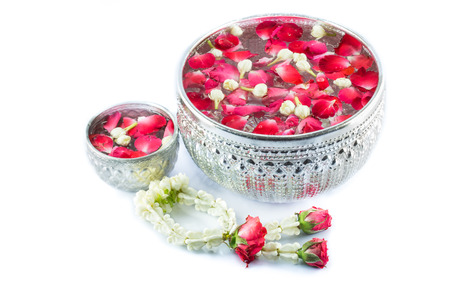 Thai garland Flowers and Water with jasmine and roses corolla in bowl isolated on white background (Use for Songkran festival in Thailand) Standard-Bild