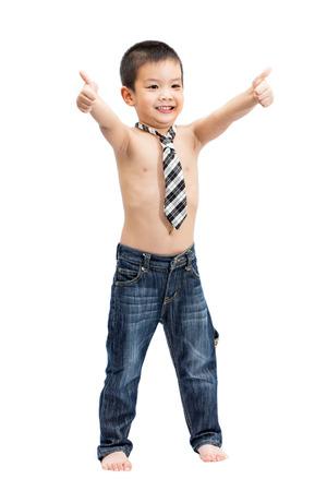 ni�o sin camisa: Poco apuesto asi�tico descamisado Retrato del ni�o con la corbata que muestran los pulgares arriba gesto y cara sonriente aislados sobre fondo blanco