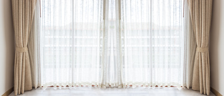 Light shines through white curtains in room Banque d'images