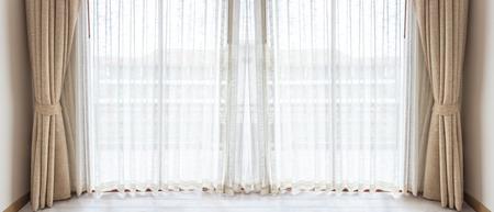 cortinas: La luz brilla a trav�s de las cortinas blancas en habitaci�n