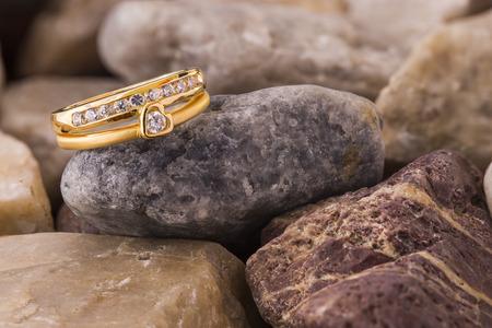 diamante: Anillo de diamante de forma de corazón sobre piedras antiguas soplados Foto de archivo