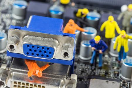 Team van ingenieurs repareren circuit moederbord. Computer reparatie begrip Stockfoto