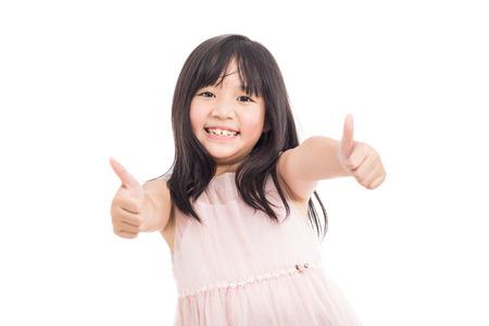 mujer hijos: Retrato de pequeñas asiático bastante y confiados muchacha que muestran los pulgares para arriba aislados en el fondo blanco