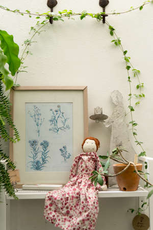 Small decorative vintage tree, doll and frame Stockfoto