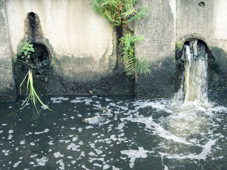 residuos toxicos: Residuos contaminación del agua Foto de archivo