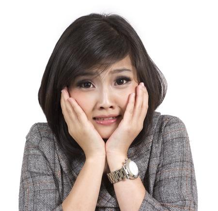 nerveux: peur jeune femme d'affaires sur fond blanc